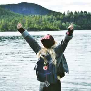 chica feliz estando de excursión